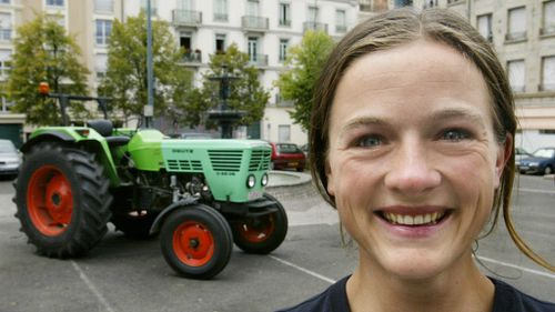 Female Dutch adventurer heads to South Pole on tractor