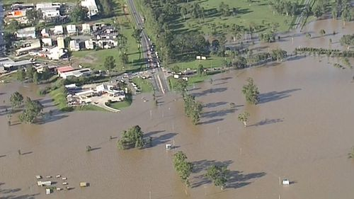 Floodwaters encroach on a suburb in the Scenic Rim, inundating homes. (9NEWS)