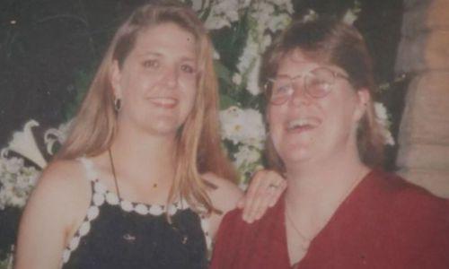 Jane Rimmer (kiri) bersama saudara perempuannya Lee.