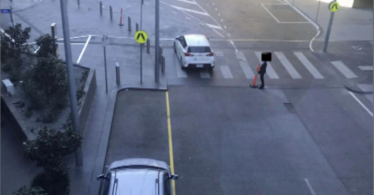 Alarming photos of overseas travellers breaching Melbourne's hotel quarantine – 9News