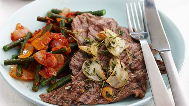 Minute steak with tomato snake beans