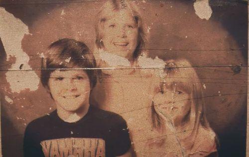 Lee Rimmer (tengah) bersama saudara laki-lakinya Adam (kiri) dan saudara perempuan Jane (kanan).