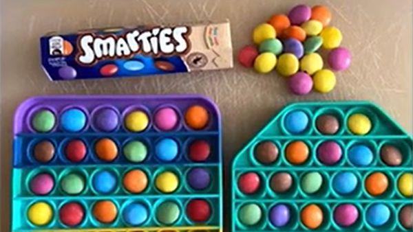 Fidget popper Smarties chocolate bars