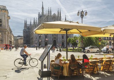 People sitting in a cafe facing the Cathedral (il Duomo).