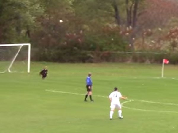 Acrobatic throw-in stuns goalkeeper