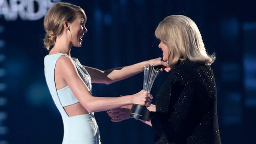 Taylor Swift's mother Andea presents her with an award at the 50th annual Academy of Country Music Awards. (AAP)