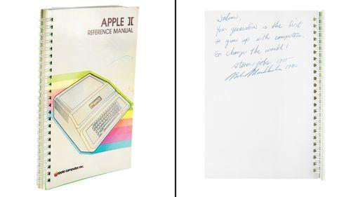 Руководство по Apple II, подписанное Стивом Джобсом и Майком Маркулой, одним из первых инвесторов Apple.