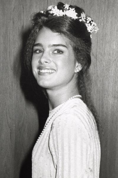 Side swept hair is huge at the Academy Awards. Here, a baby-faced Brooke Shields pulls her crimped hair to one side and accessorises with a flower crown at the 1979 Oscars.