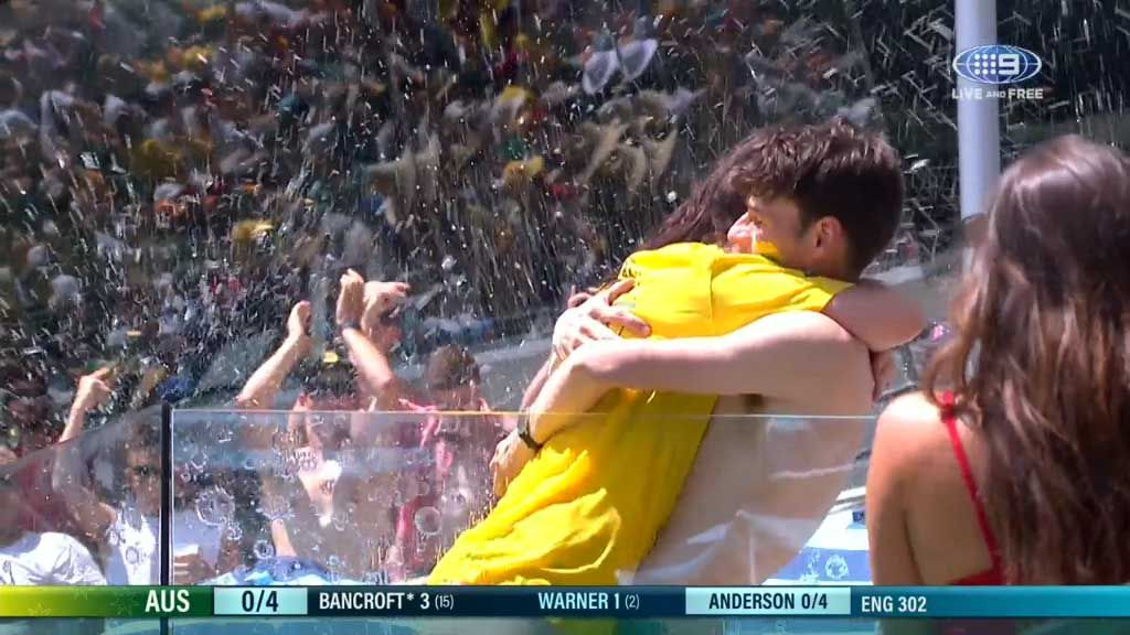 Aussie cricket fans proposes to girlfriend in Gabba pool