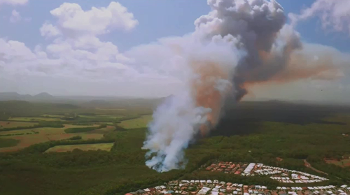 A blaze is threatening homes near Peregian Springs, forcing residents to evacuate.