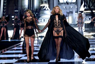 Singer Taylor Swift and Karlie Kloss, 2014
