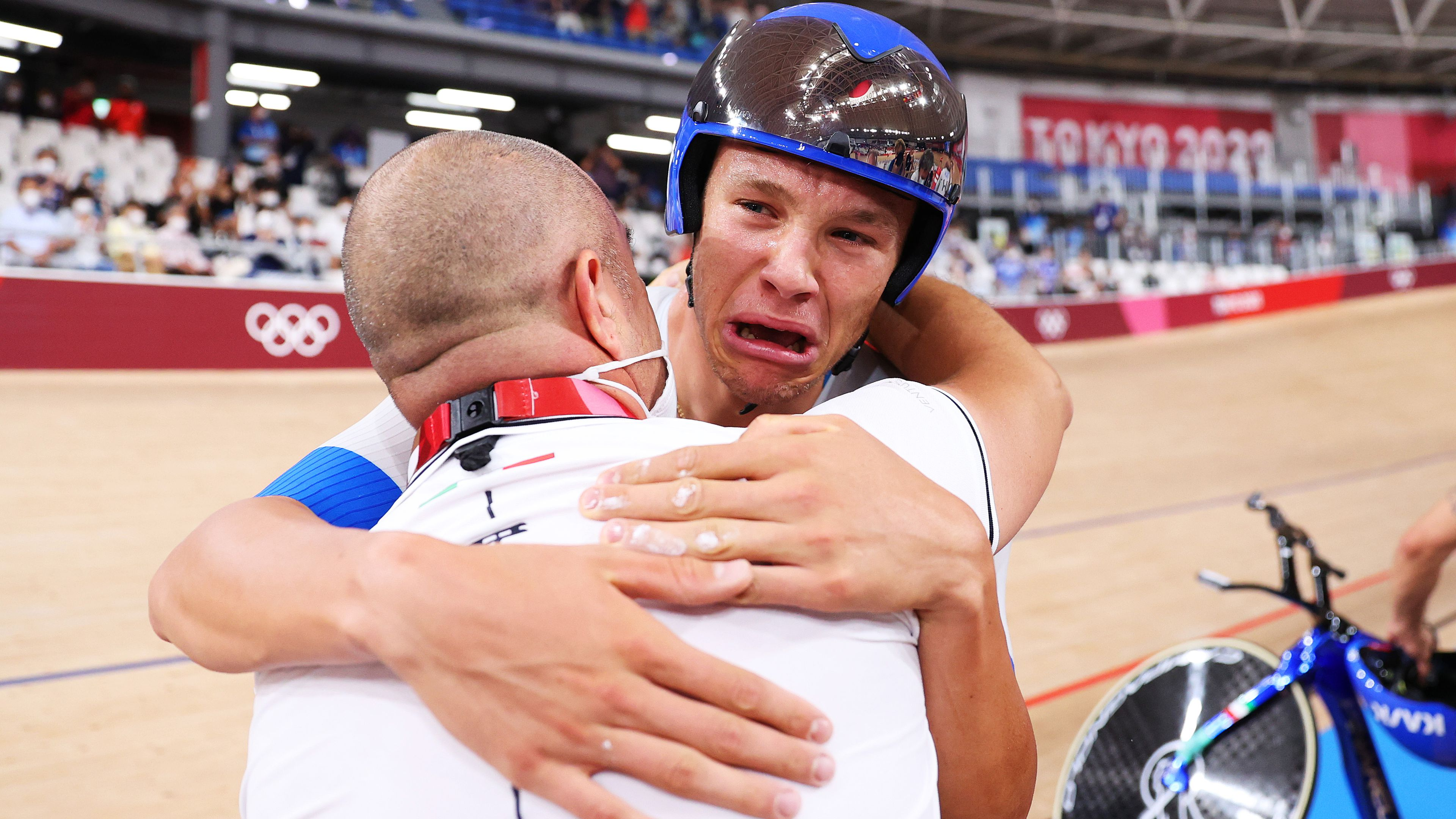 Tears as Italy win track cycling gold in team pursuit, while Aussies grab bronze