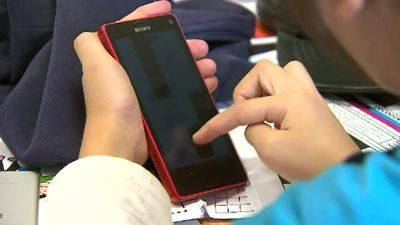 School bans teenagers from using smartphones