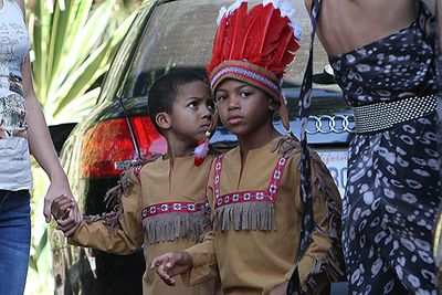 The Halloween costume stakes must be high in the Klum family! Here little Henry and Johan went for the Native American Indian look.