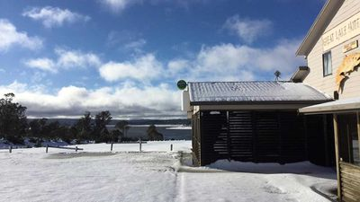 The snow outside the Great Lake Hotel in Tasmania. (Great Lake Hotel/Facebook)