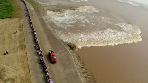Crowds of spectators gathered to witness the phenomenon. (CCTV)