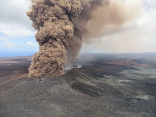 A reddish-brown ash plume occurred after a magnitude 6.9 South Flank of the earthquake shook the Big Island of Hawaii. (AAP)