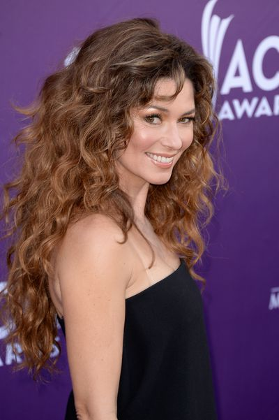 The singer let her hair down at 48th Annual Academy of Country Music Awards in 2007 with a big bouncy blowout . She paired her curly 'do with a natural-looking complexion and glossy nude lip.