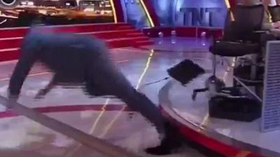 <p>Former NBA Basketballer Shaquille O'Neal took an epic fall on the set of 'Inside The NBA' after he got his legs tangled in some cords when he left his seat too quickly.</p><p></p>