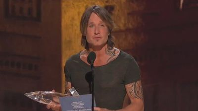 Keith Urban named entertainer of the year: 'I wish my dad was alive to see this'