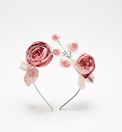 "<p><a href=""https://www.neridawinter.com/product/zatanna-3/"" target=""_blank"">Nerida Winter Zatanna headband, $295.<br> </a></p>"