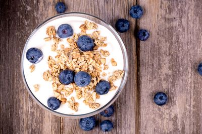 Yoghurt with rolled oats: 2-3g fibre