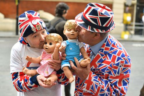 Royal fans John Loughrey (left) and Terry Hutt hold dolls outside the Lindo Wing at St Mary's Hospital. (PA/AAP)