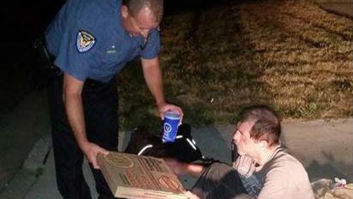 US policeman praised for giving dinner to homeless man