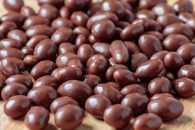 Chocolate-coated peanuts: 140 calories