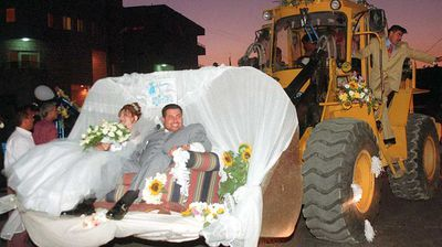 <p>This newly-married couple in Amman, Jordan rode from their ceremony to the reception in a bulldozer basket at their wedding in 1998. </p>