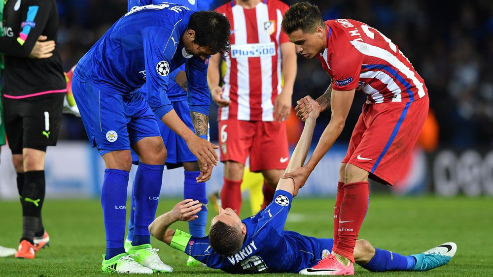 Leicester City's  Leonardo Ulloa (l), Atletico Madrid's Jose Maria Gimenez (r) and Leicester City's Jamie Vardy (centre).
