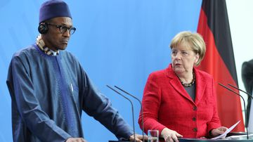 German Chancellor Angela Merkel and Nigerian President Muhammadu Buhari (L) hold a joint press conference after their meeting in Berlin, Germany on October 14, 2016. (AFP)