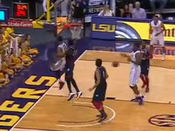 Ben Simmons delivers a brilliant no-look pass to set up a teammate during LSU's clash with South Alabama. (Supplied)