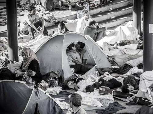 Photographer captures moving image of asylum seekers kissing