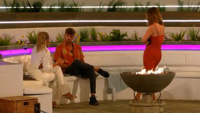 Hugo apologises to Faye after his comments about 'fake girls'
