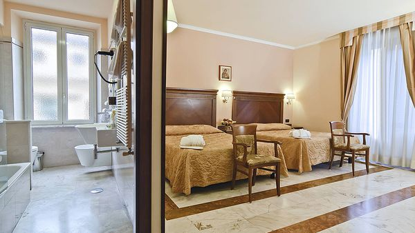 Superior double room and bathroom (Hotel Alimandi)