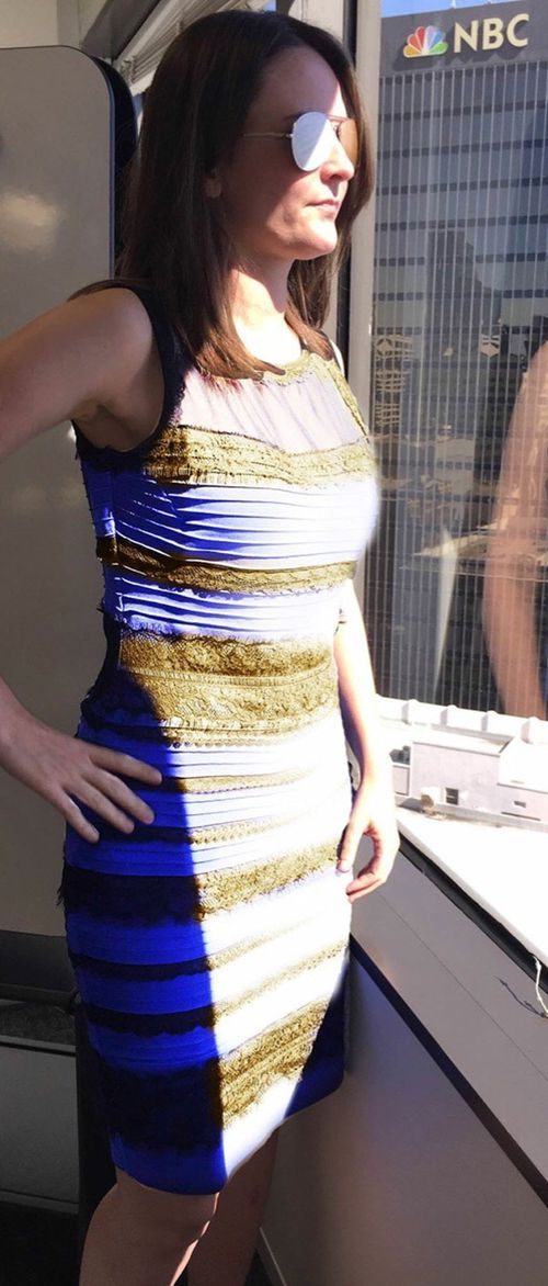 The dress in two different types of light. (Reddit user Barbarellaf)