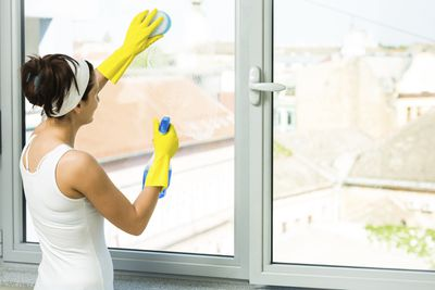 <strong>Washing windows - 136 calories an hour</strong>
