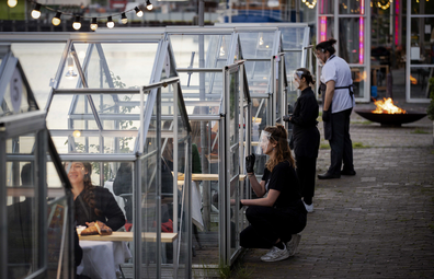 Cultural institution Mediamatic wants to let guests dine coronavirus-proof with social distance in the greenhouses.