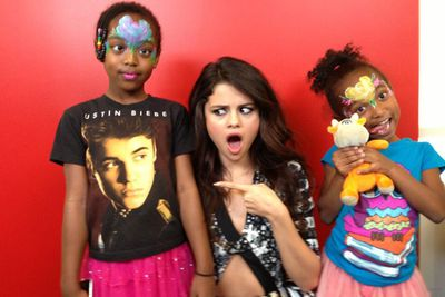 Selena saw the funny side of her split from pop's poster-boy, joking on Letterman about making Justin cry and posing here with a pair of Beliebers. <br/>