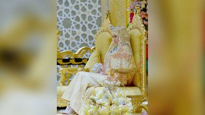 The bride had a bouquet of jewels and wore jewel-encrusted Christian Louboutin heels. (Supplied: Information Department Brunei)