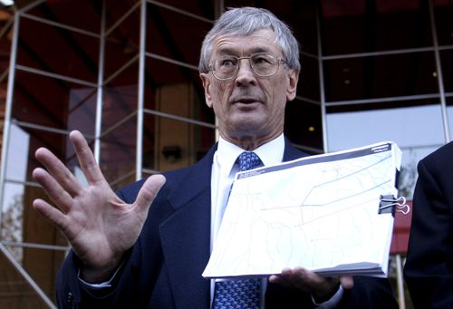 Aviation activist Dick Smith outside the Supreme Court in Sydney with a map of the area where a light plane crashed in Victoria in 2004. (AAP)