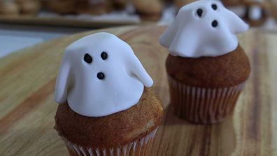 Cheat Halloween ghost cupcakes