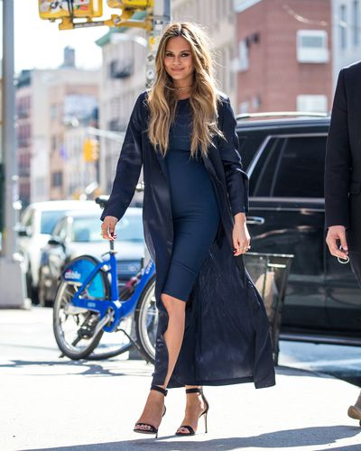 Chrissy Teigen must just be the current high priestess of maternity wear. The former<em> Sports Illustrated</em> model puts no clothing items or trends aside for 9 months. This look here is proof that a light duster jacket is the perfect way to dress up a casual look and can work with both heels and flats.&nbsp;