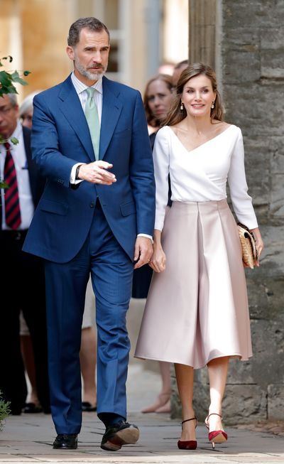 <p>For her last public in the UK Letizia showed off her savvy street style in a feminine, blush-coloured pleated skirt from Topshop. She paired the budget-friendly garment with a pair of red suede pumps and an elegant raffia clutch.</p>