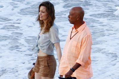 Nawww, Melissa and Russell take a romantic beachside stroll.