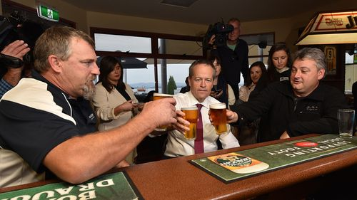 Opposition Leader Bill Shorten has a beer with the miners. (AAP)