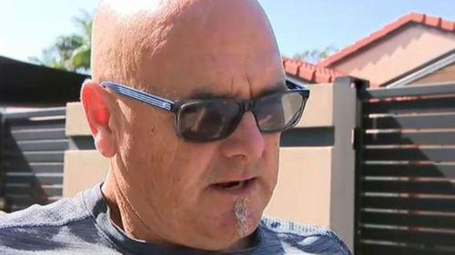 Michael Estorffe craint de ne pas pouvoir se rendre aux États-Unis à temps pour les funérailles de son fils, car son visa est retardé.