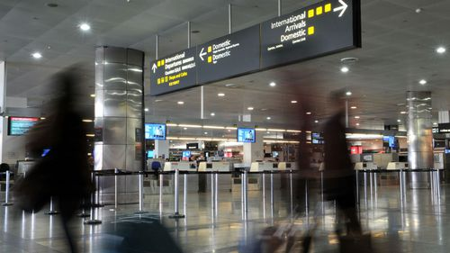 Passengers make their way through Melbourne Airport. (AAP - stock)