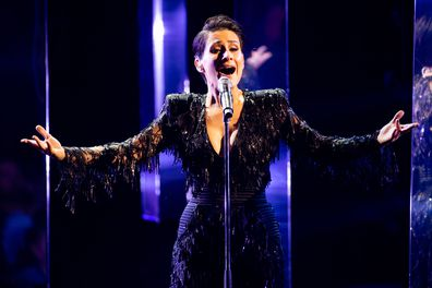 Diana Rouvas sings on The Voice